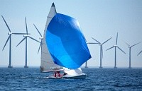 Segelboot im Offshore-Windpark